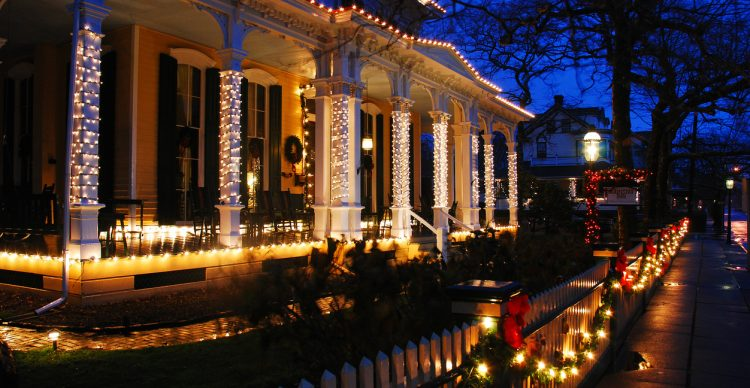 Top Tips for Hanging Christmas Lights on Your Home